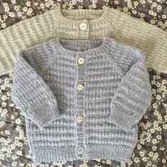 Let og lun Cardigan - opskrift fra PixenDK / CaMaRose Baby Cardigan Knitting Pattern Free, Baby Boy Knitting Patterns, Baby Sweater Patterns, Knitted Baby Cardigan, Toddler Sweater, Knit Baby Sweaters, Suit Pattern, Image, Denmark