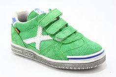 Lage klittenband schoen groen suede met witte details, van het merk Munich. €69,95