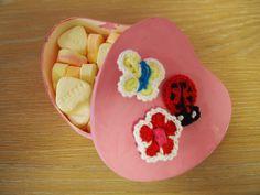 Moederdagcadeautje. Koop bij bijv. Xenos doosjes in een een hartenvorm. Verven en versieren! Daarna heerlijke hartensnoepjes er in...