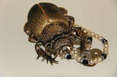 Особо людьми ценятся ювелирные украшения и оберег в виде жука скарабея.