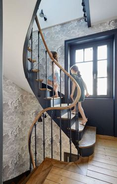 Bretagne Haus am Meer: Villa in Dinard Maison Bretagne bord de mer : villa à Dinard Eine fast luftige Treppe Traditional Staircase, House Stairs, Patio Roof, Stair Railing, Staircase Design, Staircase Decoration, Living Room Paint, Stairways, Villas