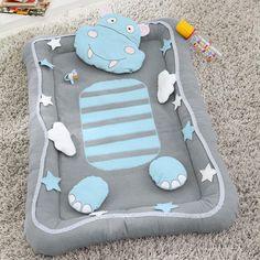Nid de bébé hippopotame - Butinette Un nid de bébé ou tapis d'éveil proposé par Butinette . Le tutoriel est détaillé au pas à pas avec photos. Le patron est téléchargeable et imprimable. Ce modèle est une bonne idée de cadeau pour une naissance. Bonne...