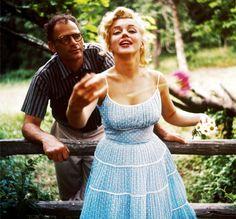 Splendida Marilyn in vestito azzurro a pois