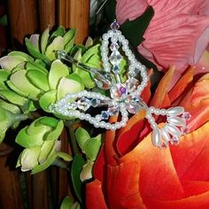 Detalles que enamoran. Colibri Swarovski #tembleques #panama #polleras #florayfauna