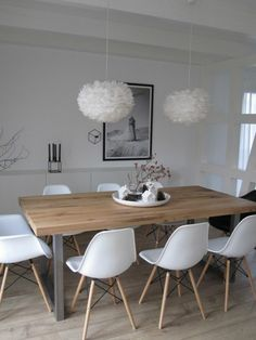Ideas Original to decorate your table this season chaises en plastique blanc, table en bois clair, lustre boule blanc, sol en parquet clair Ideas Original to decorate your table this season Eames Chairs, Room Chairs, Dining Room Lighting, Pendant Lighting Over Dining Table, Light Table, Dining Room Design, Dining Room Table, Dining Rooms, Dining Furniture