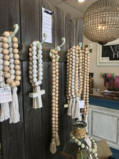 Wood Bead Garland, Diy Garland, Beaded Garland, Garlands, Crafts To Make And Sell, Diy And Crafts, Creation Couture, Bead Crafts, Wooden Beads