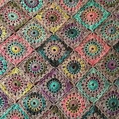 Blanket composed of crochet motifs Crochet Square Blanket, Crochet Blocks, Crochet Squares, Crochet Granny, Baby Blanket Crochet, Crochet Motif, Crochet Stitches, Granny Squares, Crochet Blankets