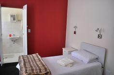 En la residencia de la escuela del Sea Point, te puedes alojar en una habitación como esta