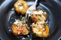 Roasted Scallops with Herbs and Parmesan - Trait Bleu - - Coquilles Saint-Jacques roties aux herbes et parmesan Roasted scallops with herbs and Parmesan cheese Parmesan, Coquille Saint Jacques, Salty Foods, Cooking Recipes, Healthy Recipes, Fish Dishes, Fish And Seafood, Kraut, Snack