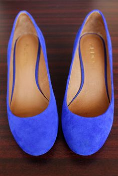 Blue suede flats that would go perfect with just about any outfit. Look Fashion, Fashion Beauty, Fashion Shoes, Womens Fashion, Cute Shoes, Me Too Shoes, Trendy Shoes, Casual Shoes, Moderne Outfits