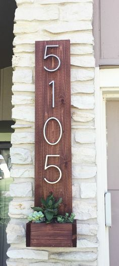 House Numbers Vertical Planter from Cedar Fence Pickets (Ana White) - Built by Broads and Boards This simple DIY project is a quick way to add curb appeal to your home. Ana White, Cedar Fence Pickets, Vertical Planter, Diy Casa, Do It Yourself Home, Do It Yourself Projects, Home Improvement Projects, At Home Projects, Diy Projects With Wood