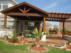Einen soliden Sonnenschutz stellt ein Vordach aus Holz dar
