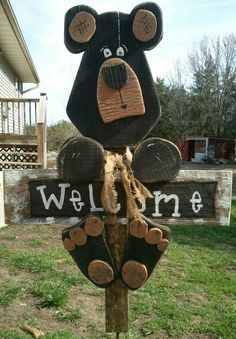Wooden bear welcome post Wooden Projects, Wooden Crafts, Craft Projects, Crafts To Make, Kids Crafts, Arts And Crafts, Bear Crafts, Wood Animal, Deco Originale