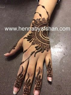 This simple mehndi design is perfect for bridesmaids (have them match mehndi designs) or for your guests. Henna Tatoos, Mehandi Henna, Jagua Henna, Henna Ink, Henna Body Art, Mehndi Tattoo, Henna Tattoo Designs, Mehndi Art, Mehandi Designs