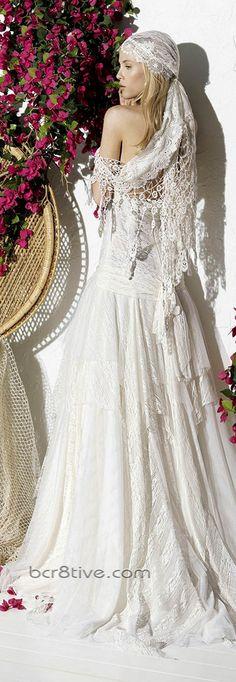 Cada vestido de novia ibicenco es realizado a mano en el atelier que Yolan Cris posee en Barcelona