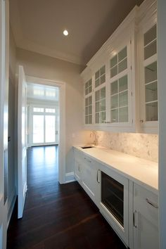 CHIC COASTAL LIVING.........I would love to have room for a butler's pantry.