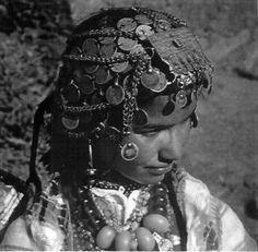 Africa | Fillette de Magdez,de la vallée de la Tessaout! Superbe mélange de bijoux avec une Talgamout d'origine Ait Ouaouzguit (Jbel Siroua) et de composition de pieces d'argent anciennes ! Magie des Femmes Berberes pour conjurer leurs chaines avec des chaines . | ca. 1967