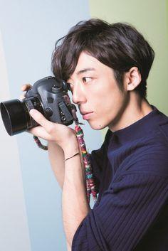 【ザテレビジョン芸能ニュース!】画像:グラビア撮影中も夢中でカメラをのぞいていた高橋一生