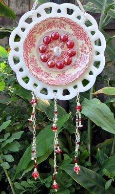Photos Of Garden Whimsies Garden Totems By Garden Whimsies By Mary Need To Make Glass Garden Flowers, Glass Plate Flowers, Glass Garden Art, Flower Plates, Garden Whimsy, Garden Junk, Garden Deco, Outdoor Crafts, Outdoor Art