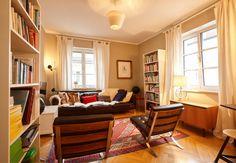 Lichtdurchflutetes Wohnzimmer In München. #Wohnzimmer #Einrichtung  #Einrichtungsidee #Sofa #Bücherregal #