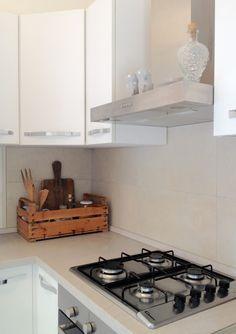 Cucina. Per tenere tutto a portata di mano e liberare dello spazio prezioso tra i pensili, usate una cassetta della frutta.