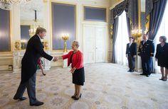 Koning Willem-Alexander hervatte woensdag, 24-8-2016, zijn werkzaamheden op Paleis Noordeinde. Op de eerste werkdag na zijn terugkeer uit Rio de Janeiro ontving Willem-Alexander achtereenvolgens de nieuwe ambassadeurs van Guatemala, Roemenië en Duitsland.