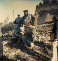 "Orcos rodeando a Ralph Bakshi en el rodaje de ""The Lord of the Rings"" (1978)."