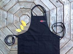 Tablier noir avec 2 poches sur le devant, pour se protéger des débordements créatifs...