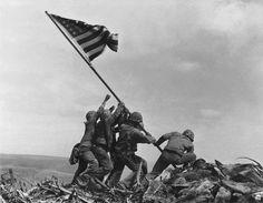 El fotógrafo Joe Rosenthal inmortalizó este momento que tuvo lugar el 23 de agosto de 1945 tras una durísima batalla en la que los resistentes japoneses prefirieron el martirio a la rendición. A su autor le valió un Premio Pulitzer, mientras que tres de los retratados posteriormente murieron en combate, los restantes adquirieron una gran popularidad realizando giras por Estados Unidos