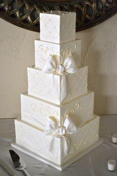 White wedding cake with bows Fancy Wedding Cakes, Creative Wedding Cakes, Wedding Cookies, Beautiful Wedding Cakes, Gorgeous Cakes, Wedding Cake Designs, Wedding Cupcakes, Wedding Cake Toppers, Amazing Cakes