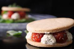 Mille-feuille sablé aux tomates & pesto  http://chapeaumelon.net/2015/09/16/battlefood-35-mille-feuille-sable-aux-tomates-pesto/