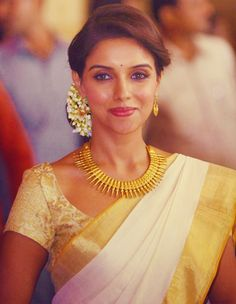 The Kerala saree is timeless. Team it with lots of mullappoo (jasmine flowers) and traditional jewellery and you have a winner. Asin in a cream bridal kerala saree Onam Saree, Kasavu Saree, Kerala Saree, Indian Sarees, Silk Sarees, Kerala Bride, South Indian Bride, Indian Bridal, Indian Hairstyles