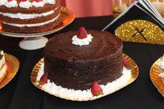 Torta de chocolate rellena de dulce de leche con merenguitos