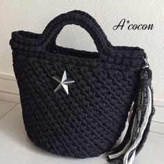 hoooked zpagettiのブラックで編んだバッグになります。とってもシンプルなバッグですが、編み目模様が素敵なデザインになって素敵ですよ♪インパクトのあるアンティークシルバーのスターとタッセル付きです。長財布(縦・横入れOK)・ペットボトルやポー...