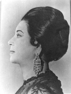 Oum Kalthoum Ibrahim al-Sayyid al-Beltagui, La plus célèbre des cantatrices Egyptiennes, musicienne, danseuse, Femme engagée dans des œuvres caritatives, décédée le 3 février 1975 au Caire. Surnommée l'Astre d'Orient par tout un peuple, et plus grande chanteuse du Monde Arabe de tous les temps. #TEDxceWomen #JDF #NawalZERROUNI