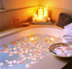 Petals of roses in the tub,candles,perfect for a relaxin romantic day. Entspannendes Bad, Romantic Bathrooms, Luxury Bathrooms, Beautiful Bathrooms, Spa Day, Bath Time, Bath Bombs, Master Bathroom, Relaxing Bathroom