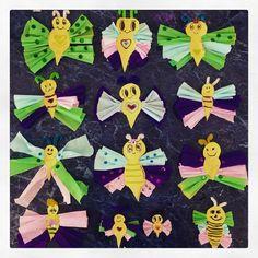 #Libélulas y #Mariposas de colores que hicieron hoy mis alumnos de #Primaria para decorar el salón de #Arte.
