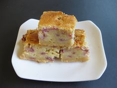 Strawberry Mochi Cake Recipes Strawberry mochi cake is an easy, tasty recipe. The appearance is that of a cake, and the texture is in between a mochi and a cake (hence the name). Strawberry Mochi, Strawberry Butter, Strawberry Recipes, Dessert Drinks, Dessert Recipes, Dessert Ideas, Sushi Recipes, Asian Recipes, Butter Mochi