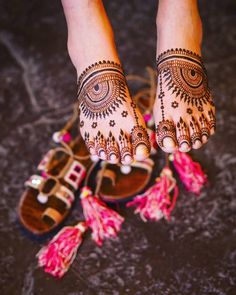 Give a perfect touch to your bridal appearance by having beautiful and simple mehndi designs for legs. These bridal mehandi designs for feet/foot will surely bring you tons of attention! Henna Designs Feet, Indian Mehndi Designs, Modern Mehndi Designs, Mehndi Design Pictures, Wedding Mehndi Designs, Mehndi Designs For Fingers, Latest Mehndi Designs, Mehandi Designs, Art Designs