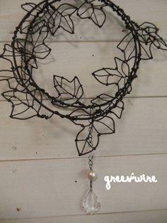◆葉っぱのリース   丸めてリースに、伸ばしてガーランドに、  コットンパールとシャンデリアパーツの飾りは  お好きなところに。    ...