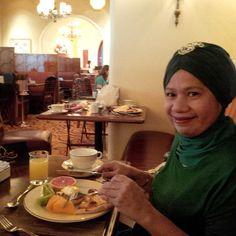 mamanya mba Tasniem Fauzia (Sapph Dir) menikmati breakfast at Atlantis hotel... #dBCNinDubai #OriflameGC2013