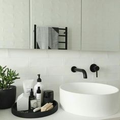 Bathroom Decor modern Bathroom Style / Tray on Counter / Modern Decor Interior Design Minimalist, Modern Interior Design, Interior Styling, Modern Decor, Monochrome Interior, Quirky Decor, Rustic Modern, Bad Inspiration, Bathroom Inspiration