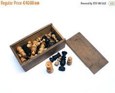 Ancien jeu d'échecs . Pièces en bois . Complet : 32 pions . Style Régence . Dans…