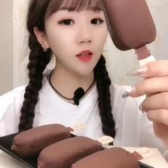 Oddly Satisfying Videos, Satisfying Things, Olaf Marshmallow, Food Vids, Autonomous Sensory Meridian Response, Slime And Squishy, King Crab Legs, Art Activities For Toddlers, Glitter Slime