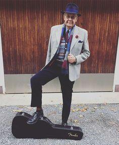 Vår Vintageman ska på Dylan-turné. #vintagemannen #gentswear #gentleman #dapper #dandy #fender #fenderstratocaster #stratocaster #vintage #vintagemannen #guitar #vintagetweed #tweedjacket #corduroy #trickers #vintagehat #boutonniere #knitwear #tweed #fairisle #fairisleknitting