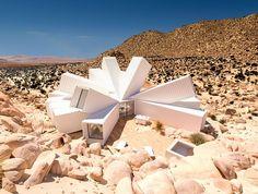 Viver em um monte de contêineres no meio do deserto não soa como algo muito legal e confortável, não é mesmo? Exceto que pode ser
