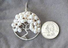 Joyas árbol de la vida colgante con alambre mano de genuinas perlas de agua dulce marfil envuelto en plata de la boda, perfecto para una novia, boda bosque, regalo nupcial para ella, regalo de la Dama de honor o de Madrina. Joyería artesanal original. El árbol de la vida es un