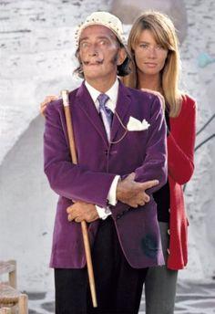 """"""" Salvador Dali et Françoise Hardy dans l'œuf """" Cadaquès, 1968."""