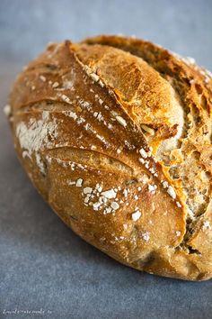 """Pâine cu făină de secară și semințe dospită cu maia naturală. O pâine 100% naturală și sănătoasă, cu coajă rumenă și crocantă și miez dens. Cum se dospește aluatul cu maia naturală, ce semințe folosim la pâine, câtă făină de secară se folosește, cum se coace pâinea cu maia.  După cum probabil știți, fac pâine cu maia naturală de vreun an și jumătate. Unora li se pare mult când aud că eu de atâta vreme, de două ori pe săptămână, """"mă chinui"""" și """"pierd vremea"""" să coc pâine! Mie mi se pare… Bakery, Healthy Recipes, Bread, Food, Sweets, Breads, Brot, Essen, Healthy Eating Recipes"""