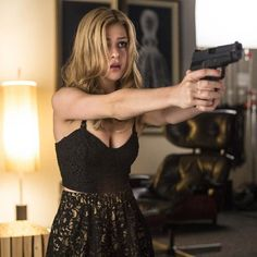 A beauty queen, scared of the weapon she holds. But she's not scared to fire. Transformers, Nicola Peltz, Gone Girl, Dark Photography, Event Dresses, My Beauty, Character Inspiration, Actresses, Celebrities